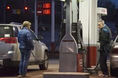 Unas personas cargando combustible en una gasolinera de Conoco en St. Louis, EEUU, ene 14 2015. Los inventarios de petróleo en Estados Unidos subieron por cuarta semana consecutiva y se mantenían en niveles récord, mientras que los de gasolina y destilados también aumentaron, mostró el miércoles un informe de la gubernamental Administración de Información de Energía.  REUTERS/Kate Munsch