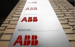 Le groupe d'ingénierie suisse ABB affiche un bénéfice au quatrième trimestre plus faible que prévu, pénalisé par la vigueur du dollar. /Photo d'archives/REUTERS/Arnd Wiegmann