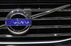 Автомобиль Volvo на автосалоне в Брюсселе. 22 января 2015 года. Производитель грузовиков Volvo сообщил о неожиданном незначительном снижении базовой прибыли четвертого квартала, однако увеличил прогноз для рынков грузовиков в Европе и Северной Америке, добавив, что число увольнений в подразделении по производству строительного оборудования продолжится. REUTERS/Yves Herman