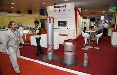 Стенд Weatherford на специализированной выставке в Басре. 25 ноября 2010 года. Нефтесервисная компания Weatherford International Plc вслед за конкурентами объявила о сокращениях персонала, стремясь снизить расходы на фоне падения цен на нефть. REUTERS/Atef Hassan