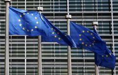 Флаги ЕС у здания Еврокомиссии в Брюсселе. 2 февраля 2015 года. Правительства стран Евросоюза распространят антироссийские санкции на два десятка человек и десяток компаний, среди которых нет громких имен, сообщили дипломаты в преддверии встречи глав МИД ЕС в понедельник, на котором решение будет формально утверждено. REUTERS/Francois Lenoir