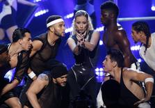 "Iggy Azalea (C) performs ""Beg for It"" during the 42nd American Music Awards in Los Angeles, California in this November 23, 2014 file photo. REUTERS/Mario Anzuoni/Files"