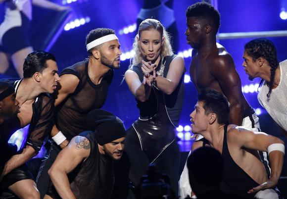 Iggy Azalea (C) performs ''Beg for It'' during the 42nd American Music Awards in Los Angeles, California in this November 23, 2014 file photo. REUTERS/Mario Anzuoni/Files