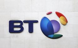 El logo de BT en un edificio en Londres, feb 5 2015. BT finalizó el jueves un acuerdo para comprar el operador de telefonía móvil EE por 12.500 millones de libras (unos 16.600 millones de euros) y ahora se enfrenta a un arduo proceso regulatorio para sellar su condición de operador dominante en el sector de comunicaciones británico.  REUTERS/Suzanne Plunkett