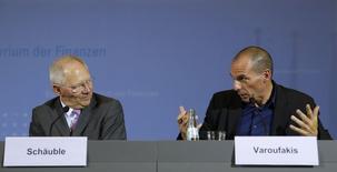 Le ministre des Finances grec Yanis Varoufakis et son homologue allemand Wolfgang Schäuble, qui se sont rencontrés jeudi à Berlin, ont étalé leur désaccord total au grand jour au lendemain de la décision de la Banque centrale européenne de priver le secteur financier grec de ses financements, tandis que les valeurs bancaires chutaient à la Bourse d'Athènes. /Photo prise le 5 février 2015/REUTERS/Fabrizio Bensch