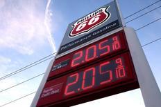 Los precios de diversos combustibles en una gasolinera Phillips 66 en Westheimer Road en Houston, Texas, dic 16 2014. Un número creciente de delegados de la OPEP no espera una rápida recuperación de los precios del petróleo, incluso aunque los mercados muestren signos de una subida tentativa frente a los recientes mínimos de casi seis años. REUTERS/Daniel Kramer