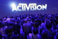 """Foto de archivo de un grupo de espectadores esperando por una presentación de Activision en la Electronic Entertainment Expo 2014 en Los Angeles, California. Jun 11, 2014. La compañía de videojuegos Activision Blizzard Inc, conocida por títulos como """"Call of Duty"""", """"Destiny"""" y """"World of Warcraft"""", estimó ingresos para el primer trimestre por debajo de las expectativas promedio de analistas, considerando el impacto derivado el aumento de valor del dólar. REUTERS/Jonathan Alcorn"""