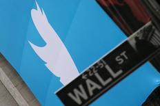 Логотип Twitter на здании фондовой биржи в Нью-Йорке. 7 ноября 2013 года. Twitter Inc сообщила о превысивших прогнозы прибыли и выручки в четвертом квартале, несмотря на замедление прироста новых пользователей. REUTERS/Lucas Jackson
