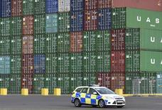 Le déficit commercial britannique s'est creusé plus que prévu en décembre, à 10,154 milliards de livres (13,582 milliards d'euros), en raison notamment d'une augmentation des importations et de la chute du cours du pétrole. /POhoto prise le 7 janvier 2015/REUTERS/Toby Melville