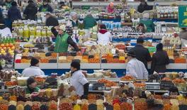 Рынок в Алма-Ате. 23 января 2015 года. Казахстан ведет переговоры с партнером Россией об ограничении ввоза её продовольствия, подешевевшего на фоне обрушения рубля, сообщил Рейтер источник в казахстанском правительстве. REUTERS/Shamil Zhumatov