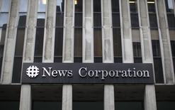 Le titre News Corp figure au rang des valeurs à suivre ce vendredi sur les marchés américains, alors que le groupe de l'homme d'affaires Rupert Murdoch a annoncé jeudi un chiffre d'affaires et un bénéfice trimestriels supérieurs aux attentes des analystes, les résultats de l'édition et de l'immobilier compensant le recul de la presse écrite. /Photo d'archives/REUTERS/Brendan McDermid