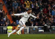 Zagueiro Sergio Ramos, do Real Madrid, comemora gol no estádio Santiago Bernabéu. 31/01/2015 REUTERS/Susana Vera