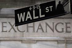 Una señalética de Wall Street vista frente a la bolsa de Nueva York . Imagen de archivo, 27 enero, 2015. Las acciones caían el lunes en la apertura en la bolsa de Nueva York tras unos decepcionantes datos económicos en China y signos de crecientes tensiones en torno a las negociaciones sobre la deuda griega. REUTERS/Carlo Allegri