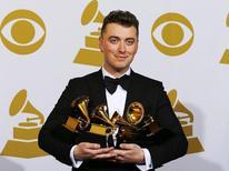 El artista Sam Smith posa con sus premios durante los Premios Grammy en Los Angeles, 8 febrero, 2015. La edición número 57 de los Premios Grammy fue realizada el domingo por la Academia Nacional de Artes y Ciencias de la Grabación en una ceremonia televisada en Los Angeles. A continuación una lista de los ganadores en las categorías principales REUTERS/Mike Blake
