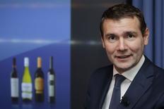 Alexandre Ricard, petit-fils de l'inventeur du célèbre pastis marseillais, prendra mercredi les rênes de Pernod Ricard, numéro deux mondial des spiritueux, à un moment charnière pour le groupe, confronté au recul de ses ventes de cognac en Chine et de vodka aux Etats-Unis. A 42 ans, il sera le plus jeune patron du CAC 40. Sa nomination, qui marque le retour de la famille fondatrice aux commandes d'un groupe dont elle détient 14% du capital. /Photo prise le 28 août 2014/REUTERS/Philippe Wojazer