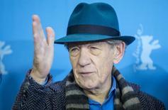 """El actor Ian McKellen posa durante una sesión para promover la película """"Mr. Holmes"""" estrenada el domingo en el Festival de Cine de Berlín, 8 febrero, 2015. Ian McKellen se transformó de Gandalf a un nonagenario Sherlock Holmes para """"Mr Holmes"""", estrenada el domingo en el Festival de Cine de Berlín y que le dio la posibilidad al veterano actor británico de interpretar a uno de los personajes más preciados de Inglaterra. REUTERS/Hannibal Hanschke"""