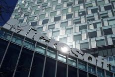 Microsoft lance un emprunt de 10,75 milliards de dollars (9,5 milliards d'euros), le plus important de l'année jusqu'à présent, dans le but notamment de restituer des liquidités aux actionnaires. /Photo d'archives/REUTERS/Bogdan Cristel