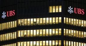 Логотипы UBS на здании в Цюрихе. 12 ноября 2014 года. Чистая прибыль UBS в четвертом квартале 2014 года составила 963 миллиона швейцарских франков ($1,04 миллиарда), превысив прогнозы аналитиков, ожидавших 937 миллионов франков. REUTERS/Arnd Wiegmann