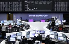 Las bolsas europeas profundizaban las caídas el martes, cuando las acciones de Hugo Boss <BOSSn.DE> encabezaban las pérdidas después de que la firma de capital privado Permira colocara un tramo de sus acciones. En la imagen, traders en la Bolsa de Fráncfort, el 9 de febrero de 2015. REUTERS/Remote/Staff