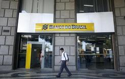 Homem em frente filial do Banco do Brasil no Rio de Janeiro. 15/12/2014 REUTERS/Pilar Olivares