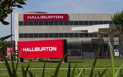 """logo de la compañía Halliburton visto en sus oficinas corporativas en Houston, Texas. Imagen de archivo, 6 abril, 2012.  El gigante estadounidense de servicios petroleros Halliburton dijo que tiene previsto eliminar entre un 6,5 y 8 por ciento de su fuerza laboral global, debido a la """"complicada atmósfera en el mercado"""" generada por el desplome de los precios del crudo. REUTERS/Richard Carson"""