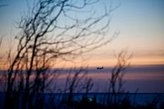 A passenger plane approaches Ted Stevens Anchorage International Airport on a cold and clear day in Achorage, Alaska, November 8, 2011. REUTERS/Nathaniel Wilder