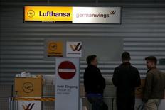 Le syndicat Vereinigung Cockpit (VC) a appelé les pilotes de Germanwings, filiale de Lufthansa, à faire grève pendant deux jours, les représentants du personnel et la direction n'ayant toujours pas trouvé d'accord sur la question des préretraites, qui avait déjà donné lieu à 10 arrêts de travail en 2014. /Photo prise le 20 octobre 2014/REUTERS/Wolfgang Rattay