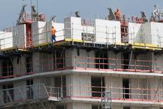 """Les ventes de logements neufs ont connu un rebond """"significatif"""" au quatrième trimestre 2014 selon la Fédération des promoteurs immobiliers (FPI) qui dit mercredi y trouver un """"espoir sérieux"""" de relance d'un secteur en souffrance. /Photo d'archives/REUTERS/Philippe Wojazer"""