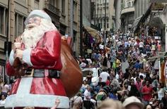 Gente camina en una calle comercial de Sao Paulo. 4 de diciembre de 2014. Las ventas minoristas en Brasil cayeron un 2,6 por ciento en diciembre frente a noviembre y cerraron su peor año desde 2003, dijo el miércoles el estatal Instituto Brasileño de Geografía y Estadística (IBGE). REUTERS/Paulo Whitaker