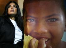 الممثلة التونسية هند صبري تقف بجوار صورة طفل قبل اعلانها سفيرة البرنامج العالمي للأغذية لمكافحة الجوع  في القاهرة يوم 12 يناير كانون الثاني 2010. تصوير. أسماء وجيه - ارشيف رويترز