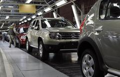 Renault va interrompre pendant trois semaines la production de son usine de Moscou (photo) face à la faiblesse des ventes de voitures en Russie. La production du site Avtoframos sera suspendue du 16 février au 6 mars. /Photo d'archives/REUTERS/Maxim Shemetov