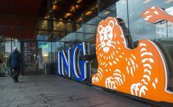Un hombre camina frente el logo de ING Group en Amsterdam. Imagen de archivo, 9 enero, 2014.  ING Group pagará en el 2015 un dividendo por primera vez en siete años y debería mantener los márgenes de crédito este año, pese a una caída de las tasas de interés, dijo el miércoles el banco holandés.  REUTERS/Toussaint Kluiters/United Photos