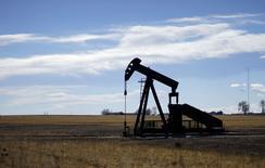 Un extractor de petróleo visto cerca de Denver, Colorado. Imagen de archivo, 2 febrero, 2015. Los inventarios de crudo en Estados Unidos subieron a un récord la semana pasada, mientras que las existencias de gasolina se incrementaron y las de destilados cayeron, mostró el miércoles la gubernamental Administración de Información de Energía. REUTERS/Rick Wilking