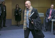 """El ministro de finanzas griego, Yanis Varoufakis, llega a una reunión en Bruselas, 11 febrero, 2015.  Las autoridades griegas y europeas abordaron el miércoles en Bruselas lo que podría constituir un """"acuerdo puente"""" para Grecia una vez que expire su acuerdo de rescate el 28 de febrero, dijo un funcionario del Gobierno de Atenas. REUTERS/Yves Herman"""