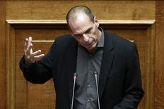 El ministro de Finanzas griego, Yanis Varoufakis, habla en el parlamento en Atenas, 10 febrero, 2015.  Las acciones europeas cayeron el miércoles lideradas por el sector bancario, con inversores inquietos por cuál será el resultado de la reunión de los ministros de Finanzas de la zona euro sobre la crisis de deuda de Grecia. REUTERS/Alkis Konstantinidis