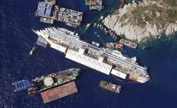 Вид на затонувшее судно Costa Concordia вблизи итальянского острова Джилио 26 августа 2013 года. Капитан круизного лайнера Costa Concordia получил 16 лет тюрьмы за кораблекрушение у берегов Тосканы вблизи итальянского острова Джилио в Средиземном море в 2012 году, в результате которого погибли 32 человека. REUTERS/Alessandro Bianchi