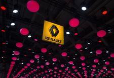 Логотип Renault на автосалоне в Брюсселе. 22 января 2015 года. Французский автопроизводитель Renault сообщил в четверг о своих планах наращивать продажи и доходы в этом году после утроения чистой прибыли и сильных результатов продаж бюджетных автомобилей и мини-SUV в Европе. REUTERS/Yves Herman
