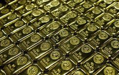 Слитки золота на аффинажном заводе Rand Refinery в Джермистоне. 30 мая 2006 года. Цены на золото растут с пятинедельного минимума после безуспешных переговоров о задолженности Греции. REUTERS/Siphiwe Sibeko