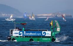 Embarcação para limpeza da Baía de Guanabara, no Rio de Janeiro. 03/08/2014 REUTERS/Sergio Moraes