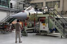 Dassault Aviation, à suivre vendredi à la Bourse de Paris. François Hollande a confirmé un accord avec l'Egypte pour la vente de 24 avions de combat Rafale, le premier à l'export pour l'appareil. /Photo d'archives/REUTERS/Benoît Tessier