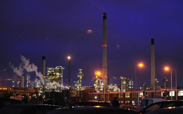 Lights shine within the Total Lindsey refinery, near Grimsby, northern England February 5, 2009.  REUTERS/Nigel Roddis