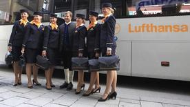 Бортпроводники Lufthansa фотографируются в Мюнхене. 13 сентября 2012 года. Немецкая авиакомпания Lufthansa договорилась с профсоюзом, представляющим интересы кабинного экипажа, об отмене забастовок в ближайшие месяцы. REUTERS/Michaela Rehle