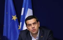 El primer ministro de Grecia, Alexis Tsipras, durante una conferencia de prensa en Bruselas, 12 febrero, 2015.  Grecia y sus prestamistas internacionales comenzaron a conversar el viernes sobre las reformas necesarias para mantener al país financiado, aumentando la posibilidad de que se alcance un acuerdo de compromiso provisional entre la zona euro y Atenas en una reunión ministerial el lunes. REUTERS/Francois Lenoir