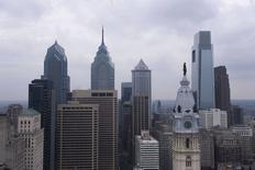 Vista de rascacielos en el centro de Philadelphia, 12 febrero, 2015.  Economistas subieron modestamente sus pronósticos de crecimiento económico para Estados Unidos en 2015, por una perspectiva más brillante del mercado laboral, pese a que recortaron sus previsiones para el primer trimestre. REUTERS/Charles Mostoller