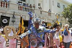 El rey Momo baila durante la entrega de las llaves de la ciudad en Cidade Palace, en Rio de Janeiro, 13 febrero, 2015. Los brasileños andan taciturnos en estos días, lo que les daba más motivos el viernes para celebrar el comienzo oficial del Carnaval. REUTERS/Sergio Moraes