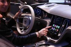 Logiciel CarPlay d'Apple. Selon le Financial Times, Apple est en train de recruter des experts de la technologie et du design automobiles pour effectuer des recherches dans un laboratoire secret situé hors de son siège californien de Cupertino. /Photo prise le 4 mars 2014/REUTERS/Arnd Wiegmann