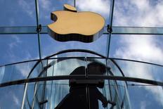 Apple se renseigne sur la fabrication d'un véhicule électrique autonome et discute avec des constructeurs et des sous-traitants de l'industrie automobile, selon une source proche des discussions. /Photo d'archives/REUTERS/Adrees Latif
