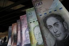 Muestras de billetes venezolanos son presentadas en el Banco Central en Caracas. 10 de febrero de 2015. Una devaluación enorme del bolívar venezolano probablemente castigará duramente a las ganancias de este año de una serie de grandes empresas de Estados Unidos. REUTERS/Jorge Silva