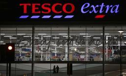 Supermarché Tesco à Altrincham, dans le nord de l'Angleterre. Le numéro un britannique de la grande distribution pourrait supprimer jusqu'à 10.000 emplois dans le cadre de ses efforts pour enrayer la baisse de ses profits, selon le Sunday Telegraph. /Photo prise le 5 février 2015/REUTERS/Phil Noble