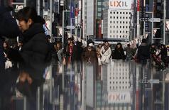 Торговый квартал Гиндза в Токио. 15 февраля 2015 года. Экономика Японии вышла из рецессии в последнем квартале 2014 года, но рост оказался слабее, чем ожидалось, так как расходы домохозяйств и корпораций не оправдали прогнозов. REUTERS/Yuya Shino
